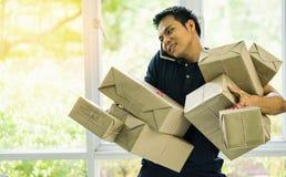 在家工作办公室使用机动性和拿着组装的商人 库存照片