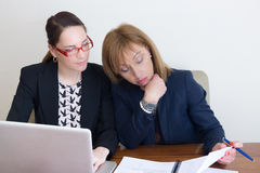 在家工作办公室的两个女商人 免版税库存照片