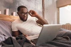 在家工作可胜任的年轻非裔美国人的人 免版税库存图片