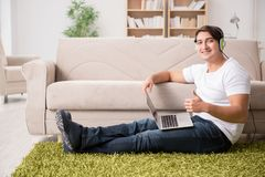 在家工作和听到音乐的自由职业者 库存图片