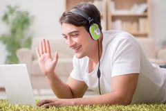 在家工作和听到音乐的自由职业者 免版税库存图片