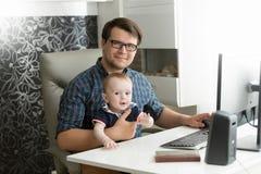 在家工作和采取加州的愉快的年轻自由职业者商人 免版税库存照片