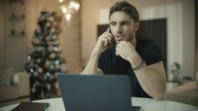 在家工作圣诞节假日的商人 企业家谈的电话 股票录像