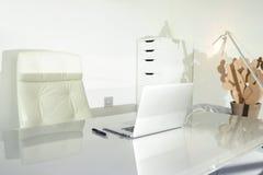 在家工作在一张干净的书桌上 库存照片