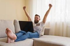 在家工作在计算机的自由职业者 免版税库存照片