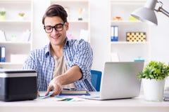 在家工作新的项目的自由职业者 免版税库存照片