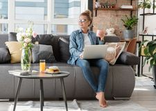 在家工作梦想的微笑的少妇 免版税库存照片