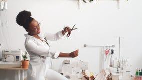 在家工作演播室的可爱的年轻时装设计师妇女 股票视频