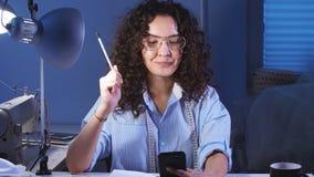 在家工作演播室的少女设计师的画象在晚上 股票视频