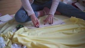 在家工作演播室的年轻时装设计师妇女 女性裁缝 股票录像