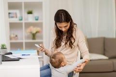 在家工作男婴干扰的母亲 库存图片