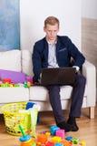 在家工作的父亲 免版税库存照片
