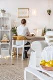 在家工作的自由职业者 免版税库存图片