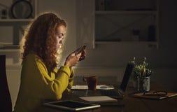 在家工作直到晚上的自由职业者 免版税库存照片