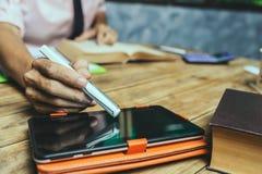 在家工作税财务或房子购买insuran的年轻律师 免版税库存照片