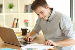 在家工作自由职业者的工作者读文件 免版税库存图片