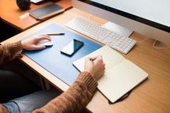 在家工作自由职业者的开发商或的设计师 免版税图库摄影