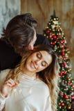 在家庆祝圣诞节的夫妇 图库摄影