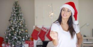 在家庆祝圣诞节的快乐的少妇 免版税库存图片