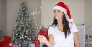 在家庆祝圣诞节的快乐的少妇 免版税库存照片