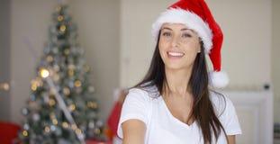 在家庆祝圣诞节的快乐的少妇 库存图片