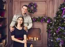 在家庆祝圣诞节的愉快的家庭 免版税图库摄影