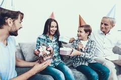 在家庆祝母亲` s生日的愉快的家庭 库存照片