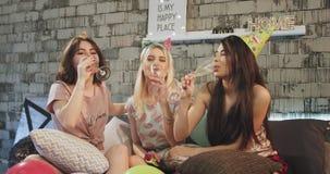 在家庆祝生日宴会卧室佩带的香槟玻璃的和戴生日帽子的小组少女 影视素材