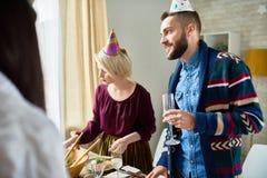 在家庆祝生日的朋友 免版税库存照片