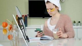 在家应用化妆面部斑点的可爱的女商人,谈话在电话 影视素材