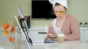 在家应用化妆面部斑点的可爱的女商人,谈话在电话 股票视频