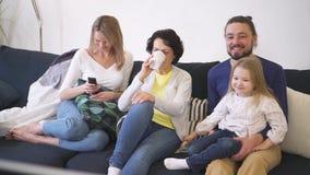 在家庭人之间的节日快乐有在电视上的观看的喜剧影片的 股票视频