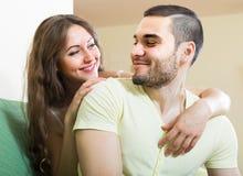 在家庭内部的愉快的年轻夫妇 库存图片