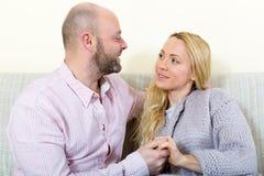 在家庭内部的爱恋的夫妇 免版税库存照片