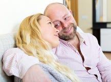 在家庭内部的爱恋的夫妇 免版税图库摄影