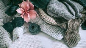 在家庭内部的被编织的毛线衣 免版税库存照片