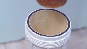在家庭净水器的使用的滤水器 股票视频