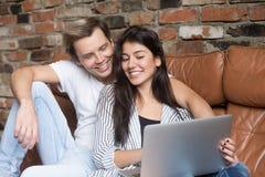 在家庭周末期间,愉快的夫妇网上购物 库存照片