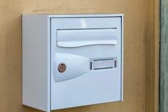 在家庭墙壁上的一letterbox 免版税库存照片