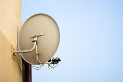 在家庭墙壁上的电视卫星盘在城市在市区 库存照片