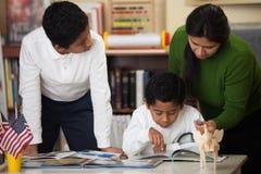 在家庭学校设置的西班牙家庭学习岩石的 库存图片