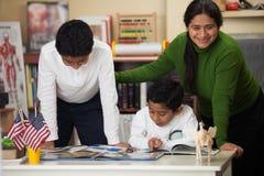 在家庭学校设置的西班牙家庭学习岩石的 免版税图库摄影