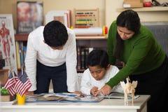 在家庭学校设置的西班牙家庭学习岩石的 免版税库存照片
