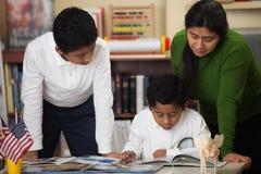 在家庭学校设置的西班牙家庭学习岩石的 免版税库存图片