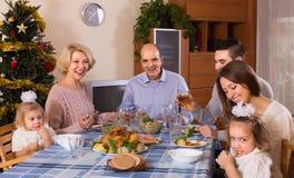 在家庭怀里的圣诞节庆祝  免版税图库摄影