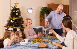 在家庭怀里的圣诞节庆祝  免版税库存照片
