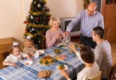 在家庭怀里的圣诞节庆祝  库存照片