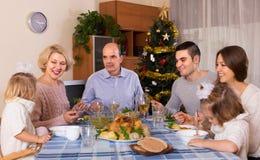 在家庭怀里的圣诞节庆祝  库存图片