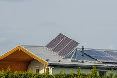 在家庭房子的屋顶的太阳电池板 库存照片