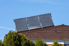 在家庭房子的屋顶的太阳能集热器 库存图片